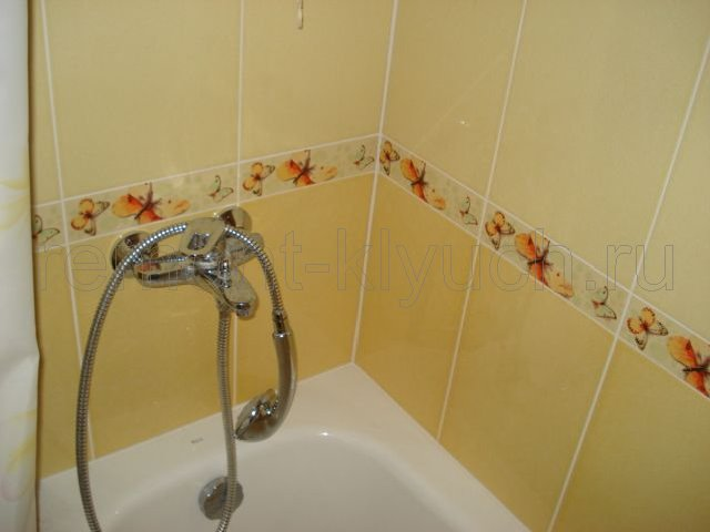 Плитка над ванной